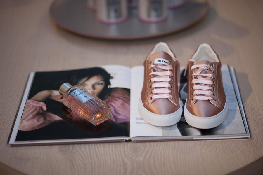 """Die Schuhe sind von Jil Sander, das Parfum von Acqua di Parma und heißt """"Acqua Nobile Rosa"""". Ein schön leichter Duft."""