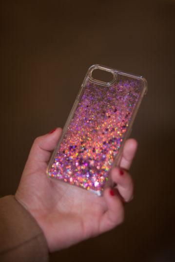 Weihnachtsgeschenke für die beste Freundin: Fashionista Die gute Art von Kitsch: iPhone-Case mit Glitzer-Sternen-Flüßigkeit. Um 29,90.