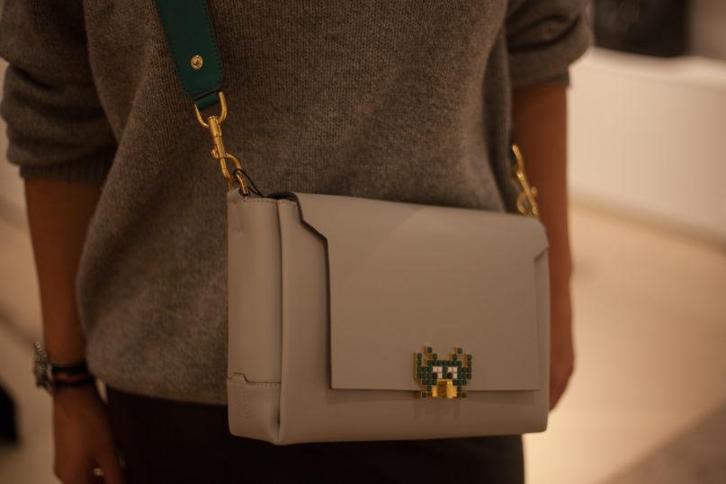 """Tasche """"Space Invader"""" von Anya Hindmarch mit verstellbarem Gürtel in Petrol"""
