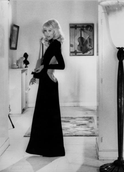 Das Skandalkleid der 70er: Mireille Darc trägt Guy Laroche im Film: Der große Blonde mit dem schwarzen Schuh.