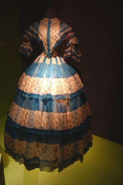 Outfit 1850: Die Krionline, der Reifrock, kommt auf.