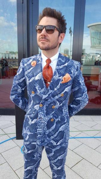 Justin Leone in a suit by Herr von Eden – in front of Tantris restaurant
