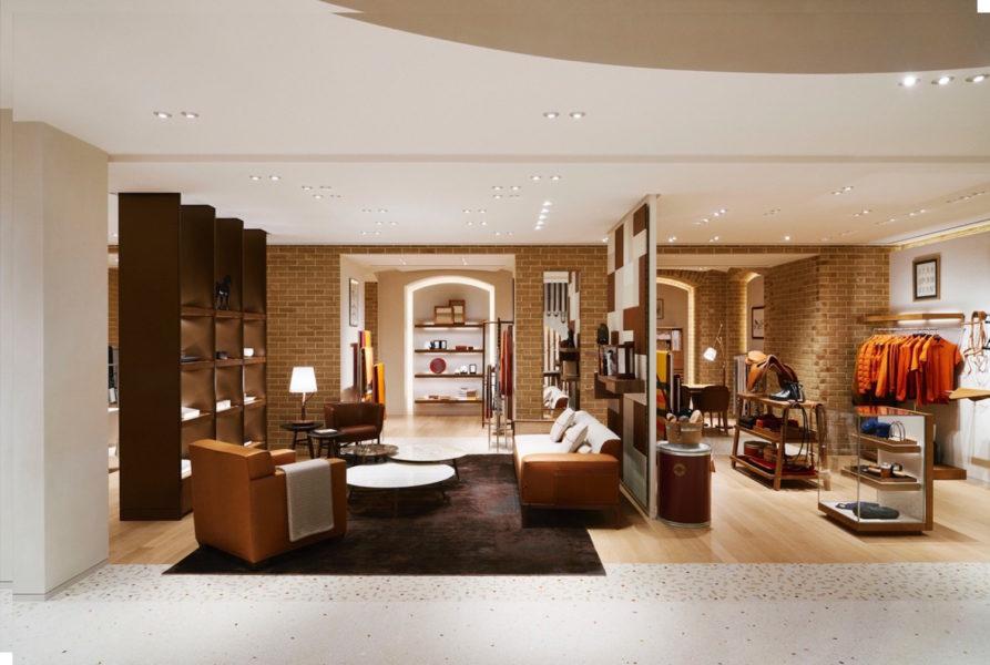 Das Untergeschoss ist Hermès Maison gewidmet: Möbel und Lampen, Stoffe, Geschirr , Accessoires sowie die Pferdesport-Artikel sind hier beherbergt. Durch die Einrichtung und die warmen Töne, wie Ocker und Messig und das honigfarbene Parkett aus Eichenholz mit Teppich-Einsätzen, wirkt das Stockwerk wie ein Wohnzimmer. Ein ausgesprochen stilvolles Wohnzimmer!