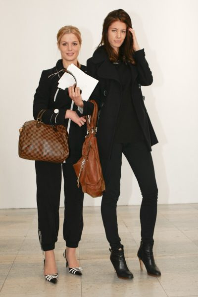 """Speedy""-Handtasche von Louis Vuitton (links), ""Paddington Capsule""-Tote von Chloé (rechts), Paris 2010"