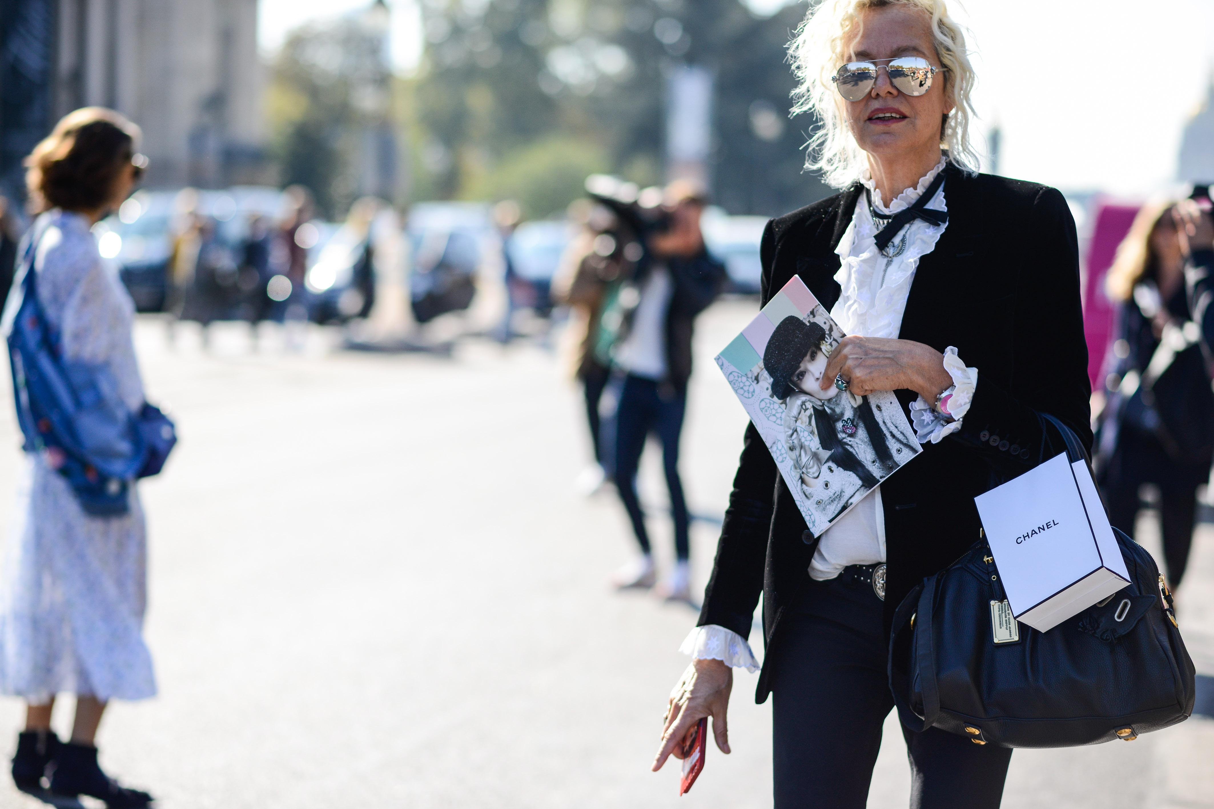 Street Style: Fotografin Ellen von Unwerth in einer Rüschenbluse, nach der Chanel-Show in Paris.