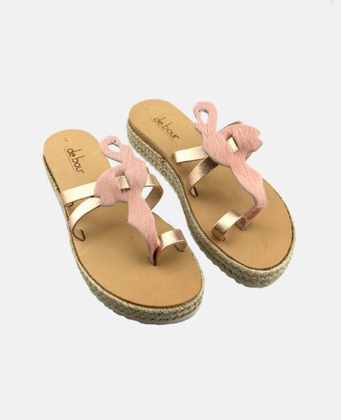 Flamingo-Sandalen mit Flechtsohle und Riemen aus Rosé-Metallic-Leder