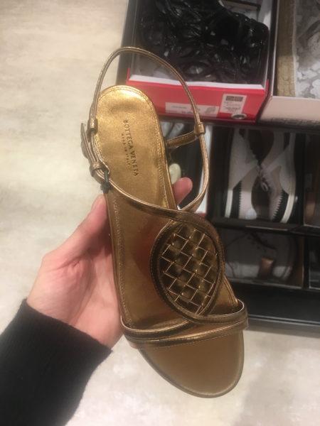 Die goldene Sandale von Bottega Veneta soll nur noch 199 Euro kosten