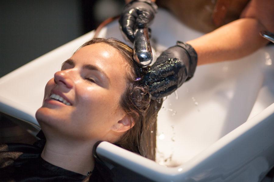Zum Abschluss wird der neue Look mit einem pflegenden Glossing abgerundet, so dass die Haarfarbe richtig strahlt.