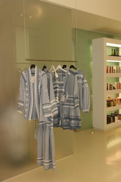 Die wunderbare Mode von Dodo Bar Or neben Shampoos im Shopkonzept von Marin & Milou