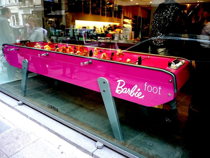 Schaufenster mit Barbie-Foot aus dem Jahr 2009