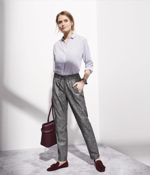 Der Comma-Anzug mit gestreifter Hemdbluse und Tassel-Loafern in Bordeaux