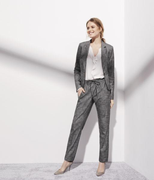Der Comma-Anzug zu weißer Volants-Bluse und sandfarbenen Pumps