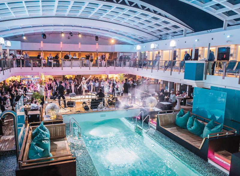 Auf dem Schiff gibt es viel Live Musik: tagsüber meist von einem Pianisten oder einer Pianistin, abends von Bands und Solo-Künstlern. Hier eine Pool-Party