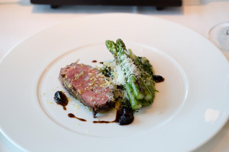 Presa Iberico Bellota mit gegrilltem Spargel – der Hauptgang aus dem Fashion Dinner-Menü im Restaurant Weltmeere