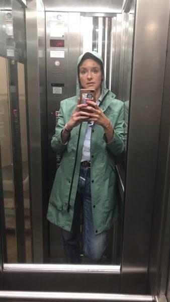 Schlauer Mantel, dummes Gesicht: Mit diesem Parka nehme ich auch bei Hundswetter jeden Termin wahr – sogar mit dem Fahrrad (regenfeste Tasche fürs iPhone).