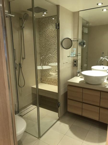 Das Badezimmer mit Blick nach links zur Dusche…