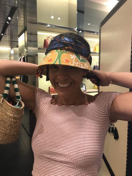 Meine Freundin Julia probiert einen Sonnenschutz (150 Euro) von Prada