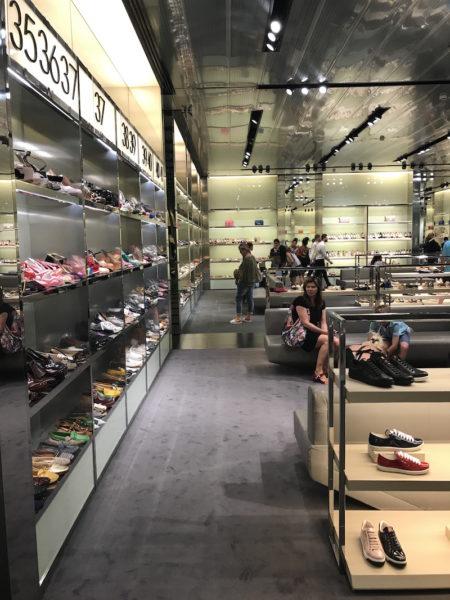 Die Schuhabteilung im Prada-Outlet in der Toskana
