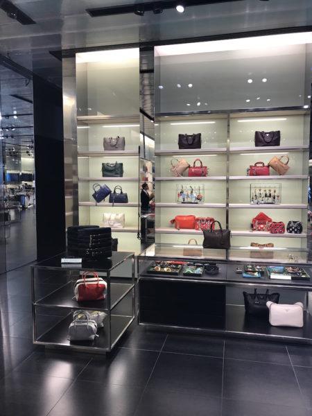 Die Taschenabteilung im Prada Outlet bei Florenz