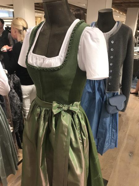 Das Wiesndirndl 2017 von Lodenfrey in Grün – mit Forschgoscherl-Borte und Seidenschürze