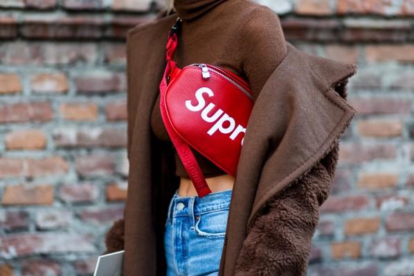 Max Mara-Mantel mit Supreme-bumbag im Street Style