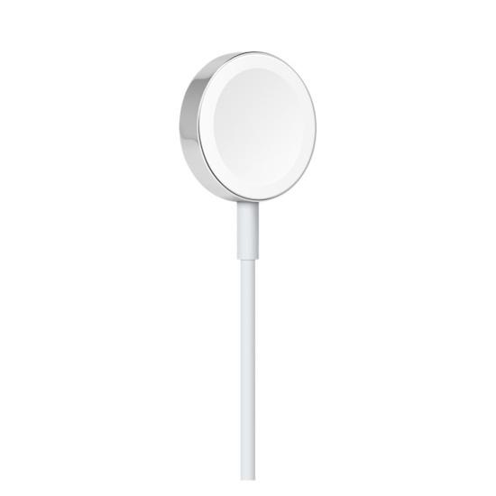 So sieht das Aufladekabel der Apple Watch 1 bis 3 aus. Die runde, weiße Fläche schnappt per Magnet an die Rückseite des Gehäuses. Es sollte kein allzu großes Kunststück sein, dies künftig in andere Ladestationen zu integrieren, oder?