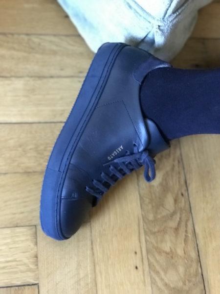 Der dunkelblaue Sneaker kommt bei mir ständig zum Einsatz
