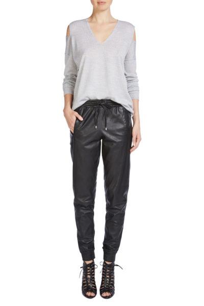 Ich trage am liebsten Baumwollhemden und graue oder cremeweiße Cashmere Pullover zu dieser Hose.