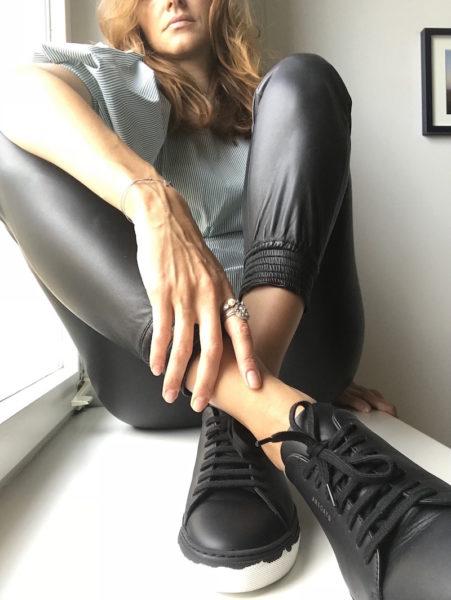 … und flache schwarze Schuhe, aktuell diese Sneaker