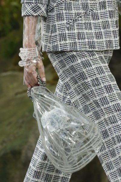 Wichtig ist bei Chanel auch, dass die Hand vor Spritzwasser geschützt ist