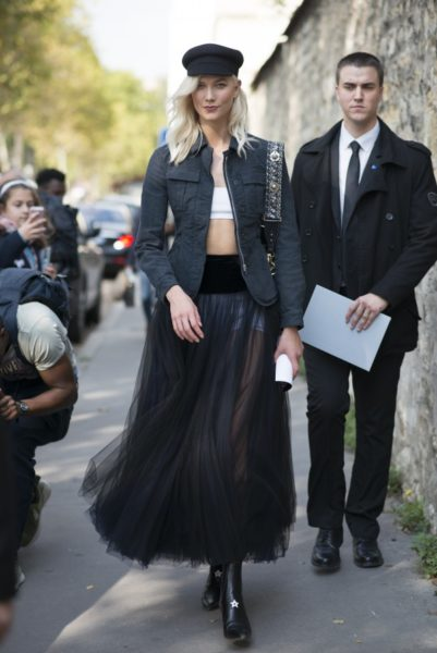 Die Schiffermütze auf dem Kopf von Topmodel Karlie Kloss bei Dior