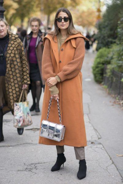 Julia Haghjoo in einem aktuellen Mantel von Chloé
