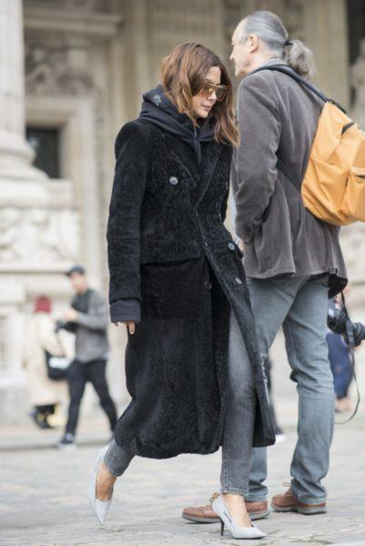 Christine Centenera (Fashion Director, Vogue Australia) trägt einen Mantel von Balenciaga