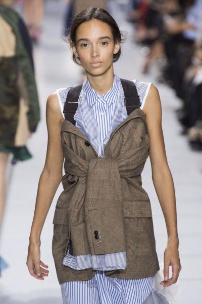 Praktisch: Der Blazer von Sacai mit Umhängebändern wie wir sie von der Outwear-Mode kennen