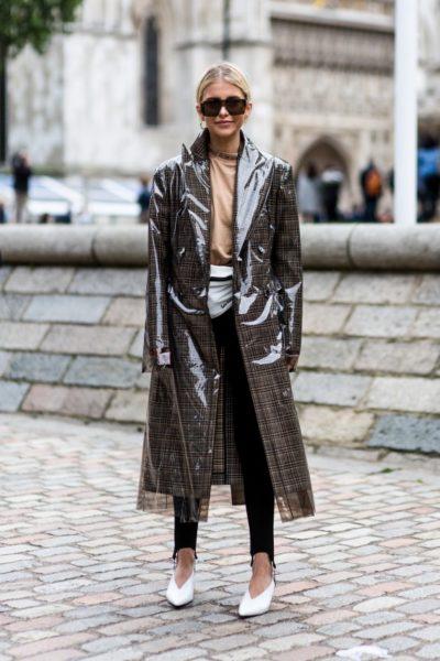 Caro Daur in einem Mantel von Calvin Klein