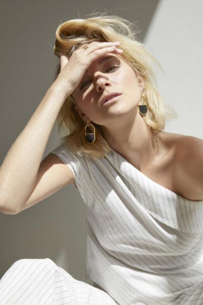 Nadia Fairfax trägt die neuen Ohrringen aus der Atelier Romy-Kollektion