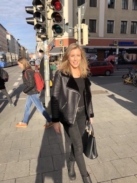 Vivi und ich auf dem Weg vom Friseur nach Hause: Sonne und Vivi stahlen um die Wette