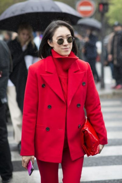 Eva Chen (bei Instagram für Modekooperationen zuständig) trägt einen Anzug von Nebo, einen Pullover von Mansur Gavriel und eine Tasche von Helmut Lang