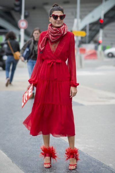 Stylistin und Streetstyle-Star Giovanna Battaglia Engelbert trägt ein Kleid von Giambattista Valli, ein Tuch von Hermès, eine Tasche von Off-White und Schuhe von Prada