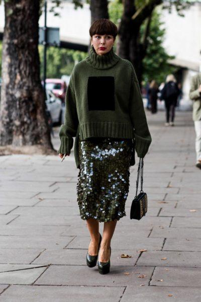 Immer eine gute Idee: Paillettenrock zu Grobstrick – besonders schön in Grün