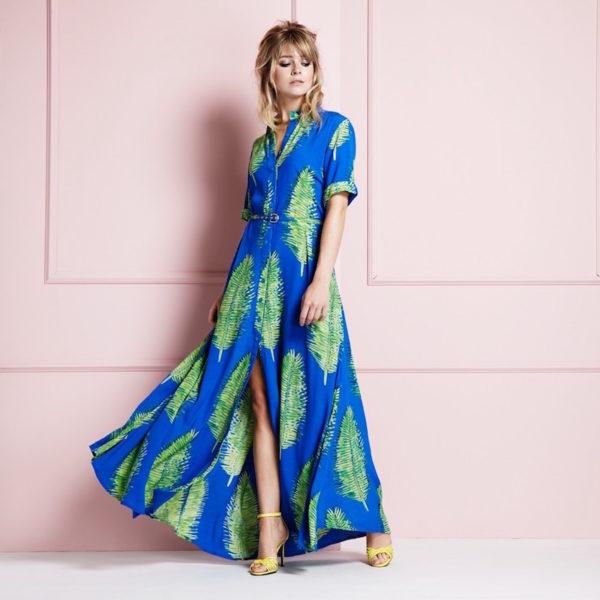 Der Blue Lagoon Print als langes Kleid umgesetzt