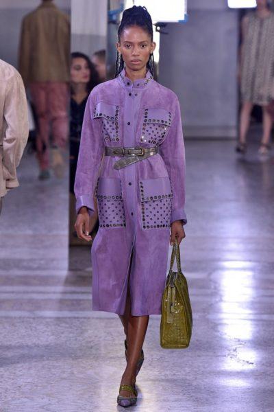Model Adesuwa Aighewi in einem violettfarbenen Ledermantel aus der Sommerkollektion 2018 von Bottega Veneta