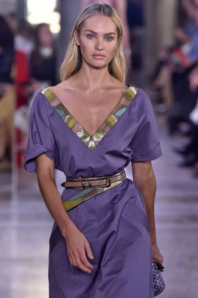 Supermodel Candice Swanepoel trägt ein Sommerkleid aus der 2018-Kollektion von Bottega Veneta