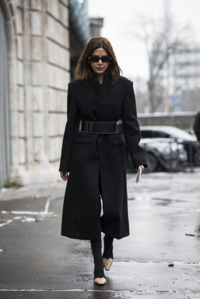 Christine Centenera, Fashion Director der australischen Vogue, trägt Schuhe von Céline auf dem Weg zur Chloé-Show