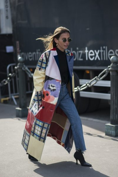 Chloé von Loulou De Saison (Mode-Beratung) trägt einen Mantel von Marni, Sonnenbrille von Oliver Peoples und Schuhe von Céline