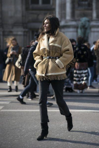 Emmanuelle Alt, Chefredakteurin der französischen Vogue, in einer ihrer geliebten Fransenjacken (immer mit Gürtel drum)