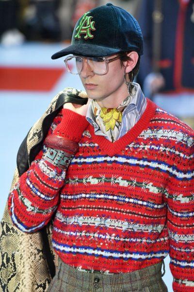 Armreifen überm Strickpullover bei Gucci