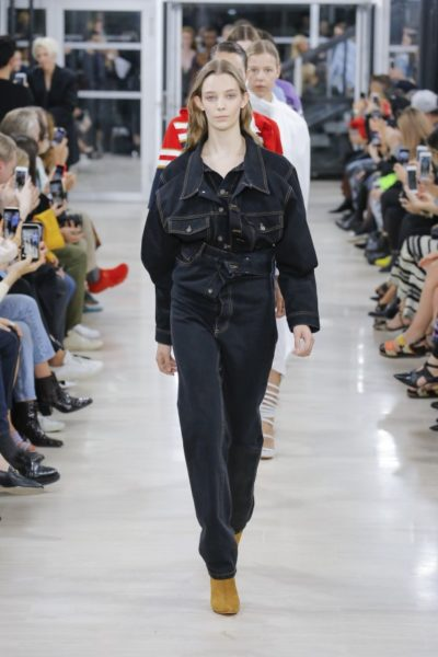 Führte das Abschlussbild der Kollektion an: die extrem hoch geschnittene Jeanshose