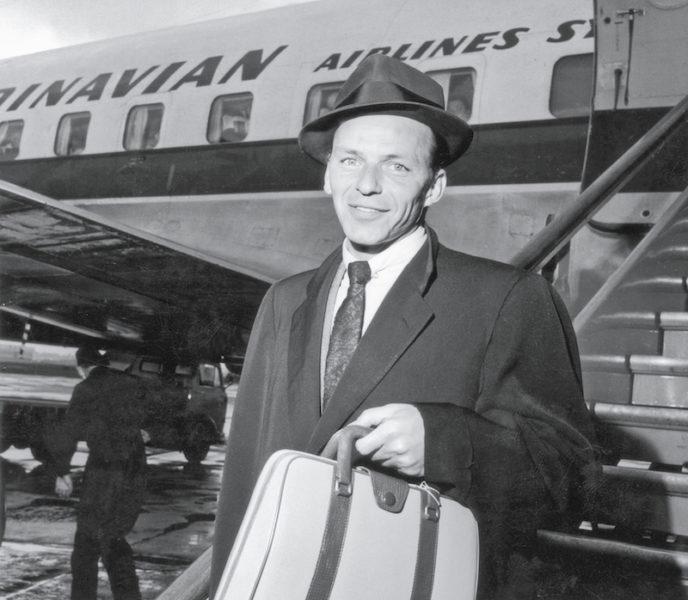 Sänger und Filmstar Frank Sinatra 1956 mit einer Tasche von Serapian
