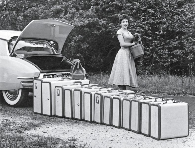 Schauspielerin Gina Lollobrigida 1955 mit Taschen und Koffern von Serapian (Auto: Citroën)